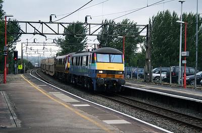 90 005 & 90 034 at Runcorn on 2nd August 2006 (1)