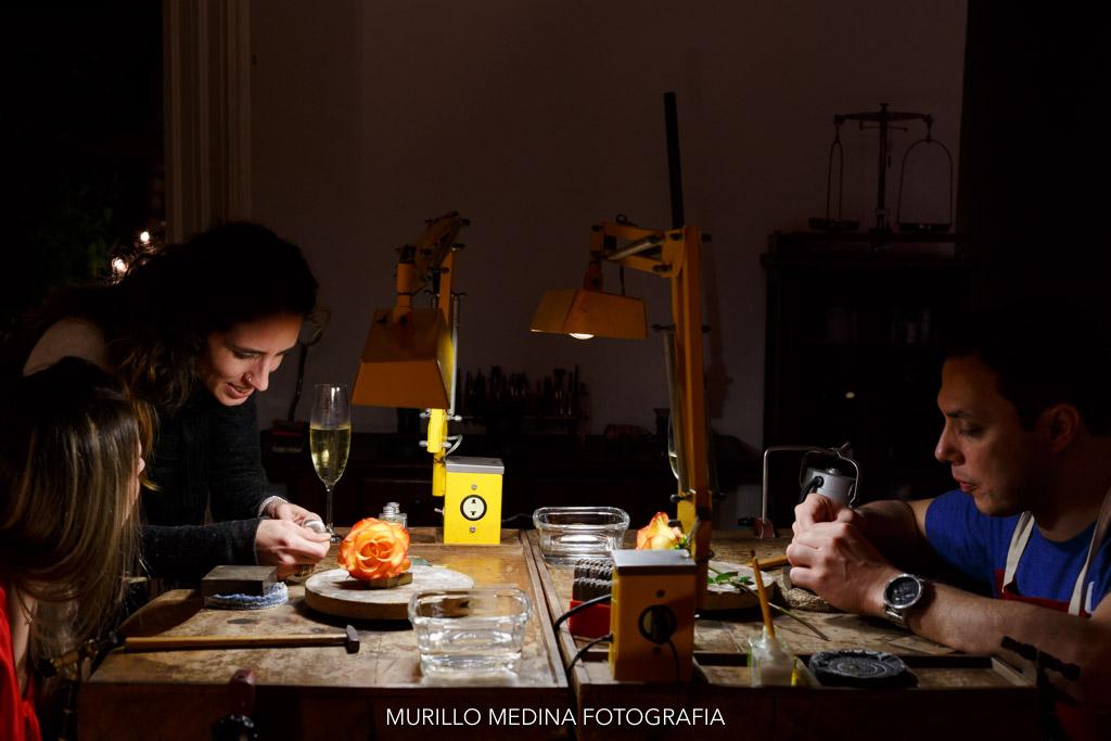 Marília e Romeu elaboram e fundem suas próprias alianças no atelier do Dia da Aliança, com Flavio Franco e Barbara Guth. São Paulo, 03/06/2017. Foto: Murillo Medina.