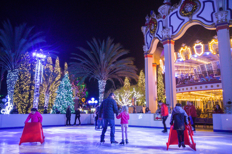 Patinação no gelo no lago snowflake |  WinterFest no California's Great America