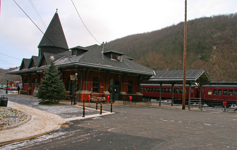 030 CNJ Mauch Chunk Station and old style passenger coaches from the 1920s