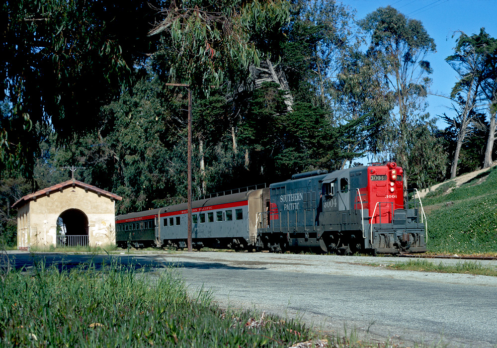 https://photos.smugmug.com/US-and-Canada/Class-One-Railroads/Southern-Pacific/Southern-Pacifc-Diesels/i-v2Bcf4X/0/b85e671f/O/SPdelmonteatdelmonte1000.jpg