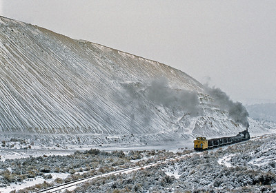 January 2003.  A mountain of mining waste (spoil) provides an interesting backdrop as 93 hauls empty gons toward the loading point.
