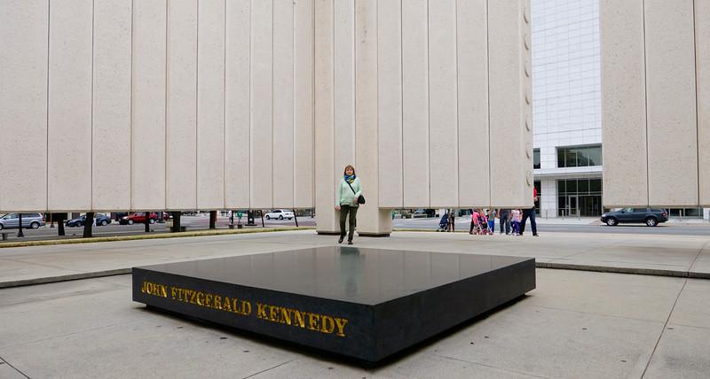 Neďaleko je pomník J. F. Kennedyho