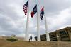 Tri vlajky - vpravo na nás zazerá Mestský úrad Dallasu. Architekt I. M. Pei.