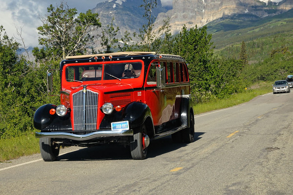 "excellentissime bus The historic (1936 -1939) Red Buses are both a symbol of Glacier National Park and a reminder of a time when adventurous travel was done with style and grace. Our vintage touring coach drivers are called ""Jammers"" by the locals; a name which carries over from the days when the buses had standard transmissions and the drivers could be heard ""jamming"" the gears as they drove up and down the rugged mountain highway.  On each tour, adventure awaits as a Jammer picks you up at your preselected origin and welcomes you onboard the same way Jammers have done for over 90 years with the ""roll call"". Once on board, you will enjoy the bus' unique canvas top, which rolls back allowing all 17 passengers a commanding view of the spectacular scenery within Glacier National Park."
