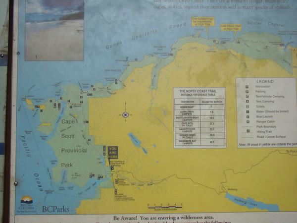 Dimanche 11 juillet Après le petit dej dans la chambre, nous partons pour Cape Scott, à 1H30 de piste d'ici. Vive le 4X4 ! La route se passe sans soucis, on voit (rapidement) un ours, et nous voila préts pour une rando vers les plages du pacifique. Il faut d'abord marcher quelques kms sur un chemin presque gourdronné, jusqu'à la 1ere plage. Le passage dans la foret est impressionnant , des arbres aux troncs gigantesques… Des fougères, mais nous ne voyons pas les ours signalés par les rangers ! Nous passons de la 1ere à la 2ième plage à marée basse, qui commence à monter…. On se croirait à la bie d'along… Dommage qu'il n'y ait pas eu un peu de soleil ! Demi tour au bout de la deusième plage, mais entre temps, la marée est montée… Je propose d'enlever les chaussures et chaussettes, et de se mouiller ( jusqu'au genou d'après moi) sur quelques dizaines de mètres… Frédéric préfère ne pas se mouiller, et emprunter le chemin au dessus, signalé difficile..On a pas été déçus ! Glissant, des troncs à enjamber, de la boue, et pour finir, un passage très vertical où une corde aide à la descente !! De retour, nous prenons un café à Holberg, mémé densité de population qu'à Woss, puis nous voyons un jeune ours, que l'on peut bien photographier ! Arrivés à Port Hardy, on voit plein de bald eagles, Frédéric fait des photos magnifiques, et moi j'essaye de les filmer… Diner come hier soir chez Sporty