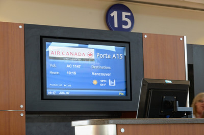 Mercredi 7 juillet Nous prenons tous les 4 notre dernier petit déj ensemble, dans la salle à manger du Best Western. Une navette vient nous chercher à 8H30, et nous sommes parfaitement dans les clous pour l'avion de 10H15 pour Vancouver. Un vol magnifique, quasiment pas un nuage, et nous survolons les Rocheuses . On voit parfaitement Banff, et j'essayerai d'avoir une montagne que nous avons grimpée en photo !! Arrivée dans l'aéroport de Vancouver tout neuf, et prise de notre nouvelle voiture, une Jeep magnifique. Nous prenons le ferry pour l'ile de Vancouver non sans avoir pris une salade au terminal du ferry, au « Salad loop », un buffet de salade où on prend ce qu'on veut dans une barquette,  et on paye au poids ! De peur de rater l'embarquement, on la mange dans la voiture ! On s'américanise à donf ! Croisière magnifique, (2H) pas un nuage, il fait plus de 30° sur la cote est….Nous faisons le plein de bouffe et rachetons une glacière à Nanaimo ( Walmart, bien sur), et faisons nos 3H de route pour Tofino Arrivée à Tofino, notre hôtel est sensationnel, en pleine forêt en haut d'une petite falaise, avec une plage presque privée en dessous. Bonne séance photo du coucher de soleil, pique nique sur le balcon, petit café + cookie dans le salon très cosy face à la mer… Que du bonheur !!