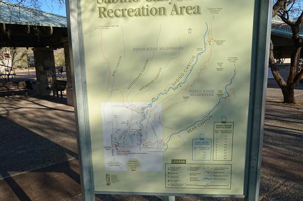 On y arrive vers 8H45, pour prendre la première navette . Il y a beaucoup de monde, surtout le WE, et un système de schuttle a été mis en place pour éviter les engorgements sur les parking des trailheads . La rando du jour, c'est Bear Canyon (Seven falls)