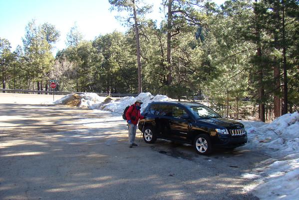 Maman, le parking est vide!!!  On croisera tout de même deux groupes. Alors qu'hier c'étaient des centaines de randonneurs qu'on a croisés