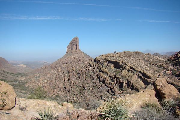 Du col, on découvre Weaver Needle, un pic volcanique de 300m