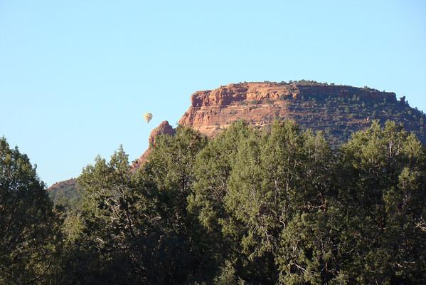 Nous partons ce matin voir de prés les Cockscomb, c'est en haut droit devant, juste à droite de la montgolfière!