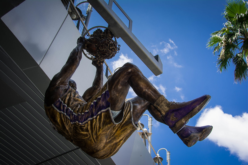 la lakers statues