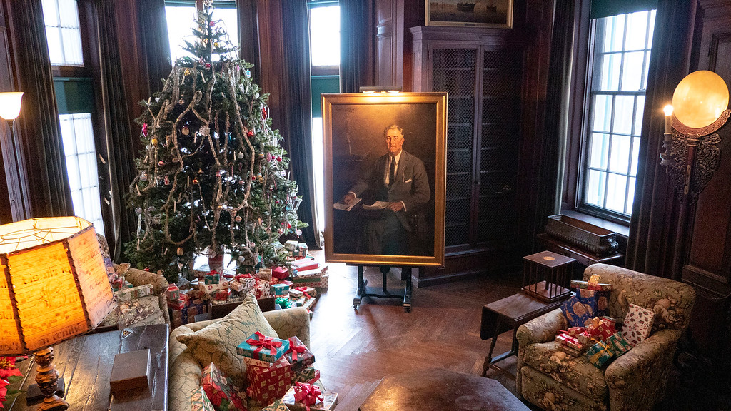 Christmas decorated mansions - FDR House