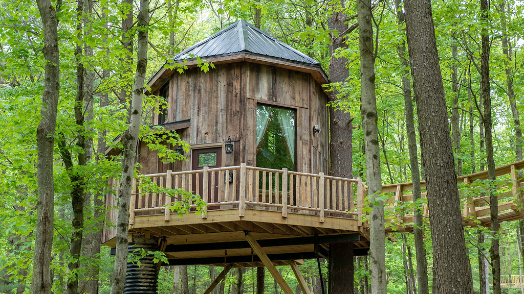 Exterior of The Mohicans luxury treehouse in Ohio.