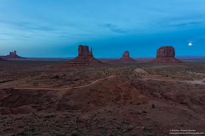 Luna llena sobre Monument Valley / Full moon over Monument valley