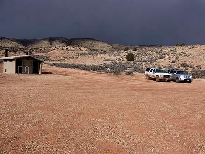 On est pas tout seul, la voiture blanche est un véhicule de Paria Outpost. Sur le chemin du retour de The Wave, nous rencontrerons Brent Fox qui nous avait servi de guide en juin 2012 pour Coyotte Buttes South + White Pocket