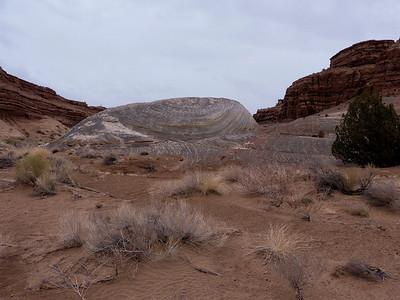 dans cette butte, le vent a formé comme une conque, une spirale de rocher
