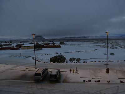 Vue de derrière l'hôtel. D'habitude le parking est plein, mais vue la météo....