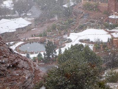 c'est dommage que la neige nous empeche de mieux voir ce temple du kitsh en dessous de la chapelle