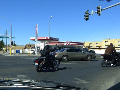 pneu à plat, et pour cause, à droite, bras en l'air, et pour cause, sur la Harley!