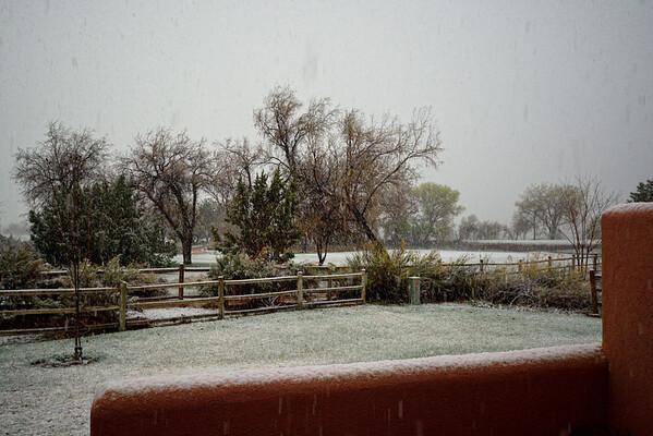 2 avril Ce n'est pas une plaisanterie, mais nous nous réveillons sous la neige! Ce n'était pas du tout prévu par la météo locale!! De toutes façons, fatigués par la rando d'hier, on voulait  NE rien faire aujourd'hui...sauf des photos d'Arches sous la neige, puis, tant  qu'à être à Arches, un petit tour (4,5 km) jusqu'à Landscape. Déjeuner à la maison, la neige a fondu et le golf a rouvert, nous allons y faire un tour, avant de faire les vitrines a Moab ( de plus en plus moches!)