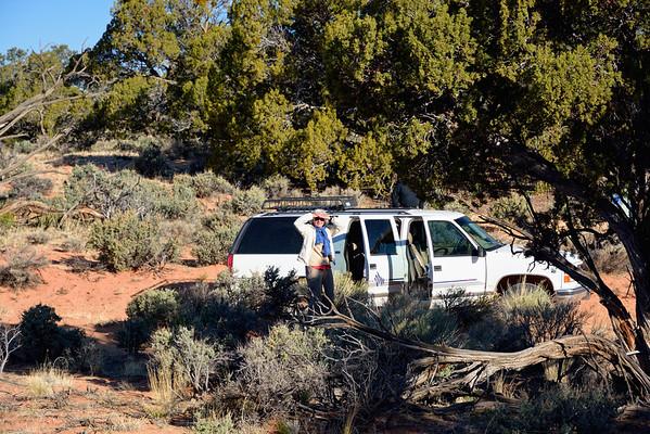 8avril Nous avons pris rendez vous avec les Dodson depuis plusieurs mois. Nous étions partis faire coyote south avec eux il y a 2 ans, et cette année ils proposent un south east plateau tour, rando+photos. Nous partons a5, Steve, Dallas, un nouveau guide, et un monsieur de l'Idaho. A fond dans le sable, nous arrivons au bout de 2 h dans un cirque de slickrock incroyable, ou nous déambulons pendant 2h. On a même un aperçu sur le grand canyon... Après le pique nique, on part randonner jusqu'à un autre point de vue sur le grand canyon, au dessus de leé´s ferry, superbe ( et a 2100 m de haut!) A nouveau 2 h de 4x4 a fond, puis Dallas nous fait découvrir un site incroyable, très rouge, a deux pas de la House Rock road, mais totalement méconnu. Bien belle journée, on finit tard, les dobson sont des gens charmants, leur nouveau guide, un copain de Steve, très sympa aussi. On dine au resto ce soir, un excellent steak au Dam Bar&Grille.