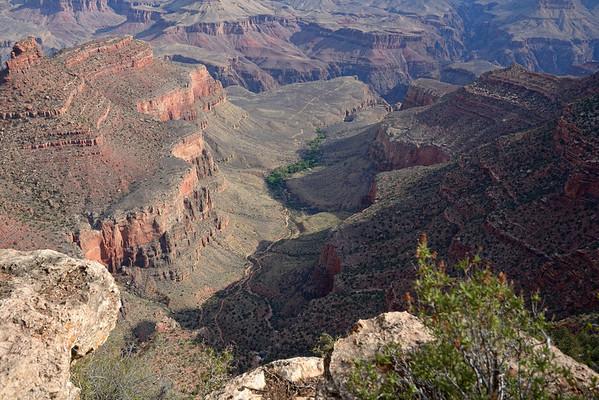 """11 avril Vu l'état de mon bas du dos, pour pas dire mon cul, vu l'usure de nos chaussures ( les miennes sont bonnes a jeter) et l'état de nos genoux, nous renonçons a descendre en bas du canyon, pour nous contenter d'aller jusqu'à la pointe ouest, Hermit´s rest. On suit un chemin nullement indiqué sur la carte, qui suit le bord du canyon. Quand c'est trop """" abyss"""" on bifurque sur la route goudronnée pour vélos! Nous marchons tout de même entre 16 et17 km, mais à plat! Petit tour au visitor center ( aucun achat...) puis dîner dans la chambre, et début des préparatifs de bagage."""