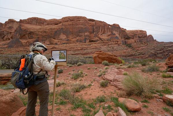 30 mars Accuweather annonçait minces nuages et un peu de vent ( quel gros nul!)  Nous voilà partis pour Moab RIM, sur la rive gauche du Colorado . On suit le trace d'un jeep trail, très difficile. Ça commence par une montée de 300 m sur 1.6 km...puis on continue le long des fins, jusqu.a un point de vue sur Moab, et la Spanish valley. plus de 7 km de Long. Il y a pas mal de vent à la montée, mais on aperçoit un peu de soleil...qui se cache a la descente, et on voit arriver de gros nuages. Au retour on a du vent( très fort) une tempête de sable ( imprévue ) et un peu de pluie..que du bonheur. Dans la dernière partie, on croise  2. 4x4 qui montent, puis 2 qui descendent. C est très impressionnant!