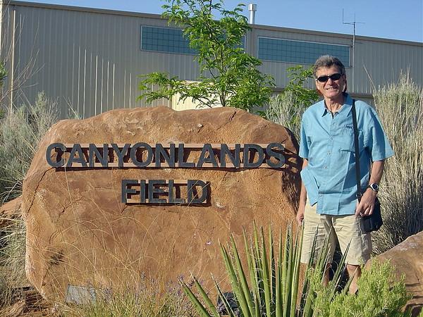 On a rendez-vous à 8H ce matin pour un survol en Cesna de Canyonlands, puis halte à Monument valley et retourr