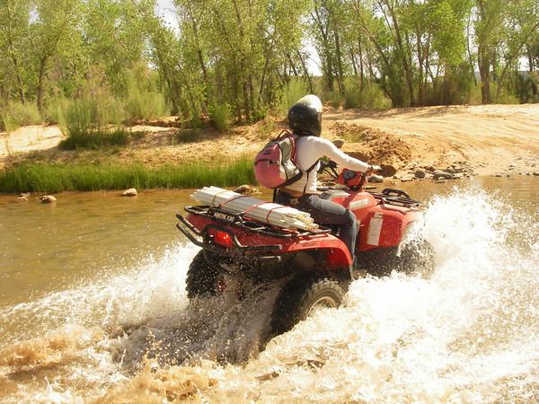 des quads nous montrent la profondeur du ruisseau