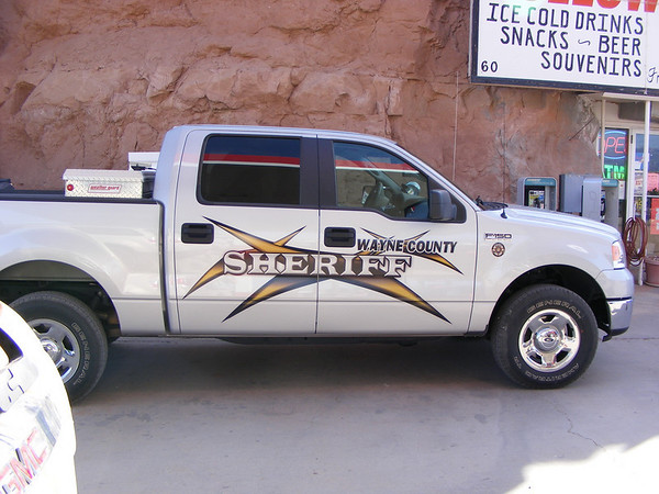 On prend de l'essence sous l'oeil du Sheriff
