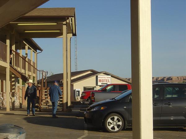 Nous avons passé la nuit au Whispering Sand de Hanksville, http://www.whisperingsandsmotel.com/ et  hier soir, nous avions diné au Steak House de Hanksville http://www.hanksvilleinn.com/campground.htm
