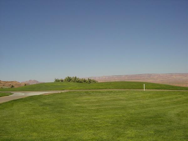 17 juin: On ne peut pas s'en passer..... On part les 3 golfeurs, Frédéric, Françoise et moi,faire un tour au golf de Page, il est à 500m de l'hôtel