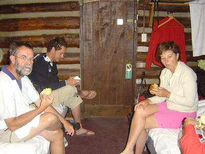 Un 18 juin, en 2007, nous nous sommes levés avant 5h pour descendre dans le grand Canyon du Colorado.... Petit dej froid, ( beurk!) et départ dans la nuit Fifille, malade, ne descendra pas avec nous...