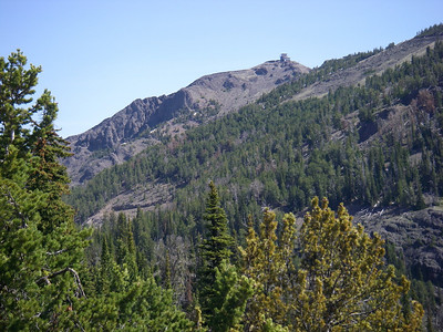Le but de la randonnée, l'observatoire tout en haut qui sert pour la surveillance des incendies