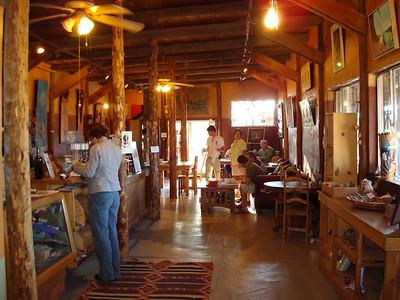 c'est une sorte de salon de thé tenu par des post soixante-huitards, ou plutôt des post hippies, qui proposent de super petits dej,