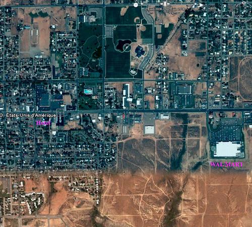 autre vue aérienne, avec le grand Wal*Mart à la sortie de la ville