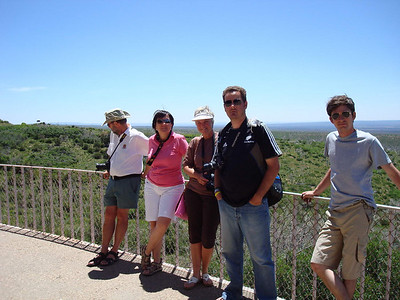 Pendant que Marie-Charlotte se renseigne, nous admirons le paysage depuis la terrasse du visitor center Le site a été occupé entre les VIe et XIVe siècles par des Amérindiens Pueblos qui y construisent des bâtiments troglodytiques sous les falaises du canyon. Il est donc l'un des rares exemples persistants à ce jour de la culture amérindienne. La région est devenue parc national le 29 juin 1906 et site du patrimoine mondial de l'Humanité de l'Unesco le 6 septembre 1978.