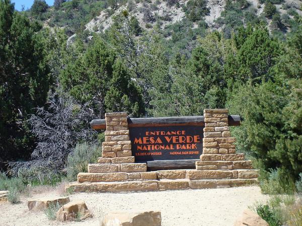 l'entrée du Parc, on est à plus de 2100m de haut Le parc national de Mesa Verde est situé dans le sud-ouest de l'Etat du Colorado, sur un plateau haut de 610 m et long de 32 km, royaume du pin pignon et du genévrier. A son extrémité sud, au creux de niches profondes et de grottes aux arches monumentales, on peut voir quelque 800 habitations en partie taillées dans le grés des falaises et qui - principalement au XIIIe siècle - ont abrité des Indiens au talent artistique et architectural exceptionnel, appartenant probablement à la tribu des Pueblo.