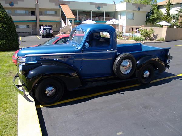 Belle voiture dans le parking de l'hôtel