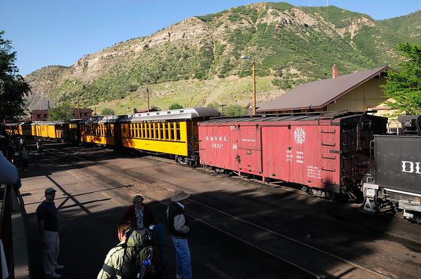 les wagons de passagers sont jaunes