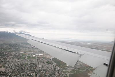 Survol de SLC  Arrivée à 13H15 à Salt Lake City  , l'immigration se passe en ¼ d'heure, et moins d'une heure après l'atterrissage, nous quittons l'aéroport au volant de notre 4X4 Nissan loué chez Alamo.
