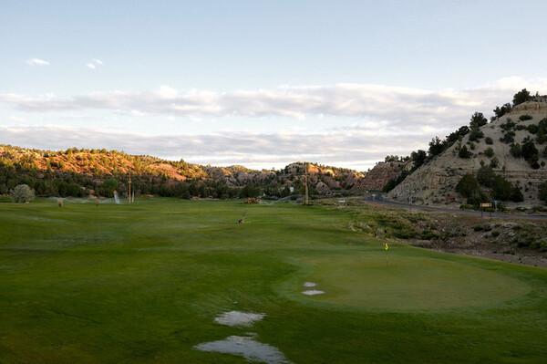 Il est 6h40, ce mardi, on se reveille devant le golf, arrosé/innondé pendant la nuit. Il faut dire qu'il fait trés chaud la journée! Mauvaise nuit, mal au ventre qui va s'aggraver de minute en minute.