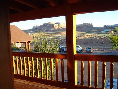 L'hôtel, le Desert Rose Inn, est tout simplement superbe, tout en bois, les chambres très confortables, et la galerie très sympathique. Frédéric prend cette photo à 6h20.... Du mal a faire bouger les troupes , mais vu le trafic qu'ils ont fait hier, pour la première journée, nous serons indulgeants!!