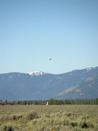une Montgolfière dans le ciel à la sortie nord de Jackson Hole