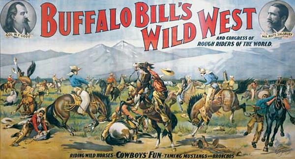 nous arrivons à Cody. Fondée dans les années 1890, Cody tient son nom de son célèbre fondateur William F. Cody, plus connu sous le nom de Buffalo Bill.Buffalo Bill est un personnage extraordinaire. Né en 1846, ses incroyables qualités de cavalier lui permettent de rejoindre la Pony Express à 14 ans, pour transporter du courrier à cheval. Devenu éclaireur pendant la guerre de sécession, il est ensuite chargé de tuer les bisons (buffalo) qui rodent autour des voies de chemin de fer et provoquent des accidents. Il en tue des milliers et devient ainsi le légendaire Buffalo Bill. Devenu une célébrité de son vivant, il tisse des liens d'amitié avec le président Théodore Roosevelt avec qui il aime chasser et fonde la ville de Cody dans le Wyoming. En 1890, il crée un spectacle sur le Far West, le Buffalo Bill's Wild West Show, qui met en scène des centaines de cow-boys, d'Indiens et d'animaux. Un véritable show à l'américaine avant l'heure ! Le spectacle fait le tour du monde et rencontre un succès considérable. En 1905, 3 millions de spectateurs français s'amassent sous la Tour Eiffel pour assister au spectacle. La légende du Far West est née ! Afin de dynamiser la ville nouvelle de Cody, Buffalo Bill joue de ses relations avec le président et le persuade de construire un barrage gigantesque pour alimenter la région en eau et en électricité. Le Shoshone Dam devient le plus grand barrage de son époque. Le développement de la ville peut commencer. Aujourd'hui, Cody est une ville de 9000 habitants, soit la ville la plus peuplée du Wyoming.