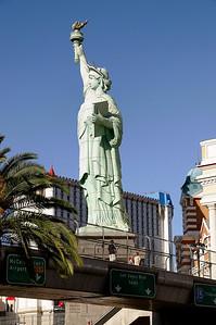 Statue de la liberté sur pont grillagé