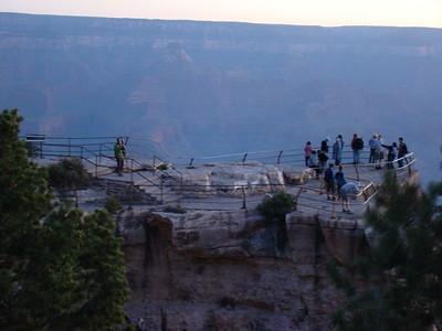 Mardi 12 Ce matin, on n'a pas entendu le réveil !! On se lève à toute vitesse à 4H50 pour aller voir le lever du soleil sur Grand Canyon Sur place à 5H20, le spectacle est magnifique, gâché un peu par une horde de japonais qui nous bousculent pour chiper notre place !!!