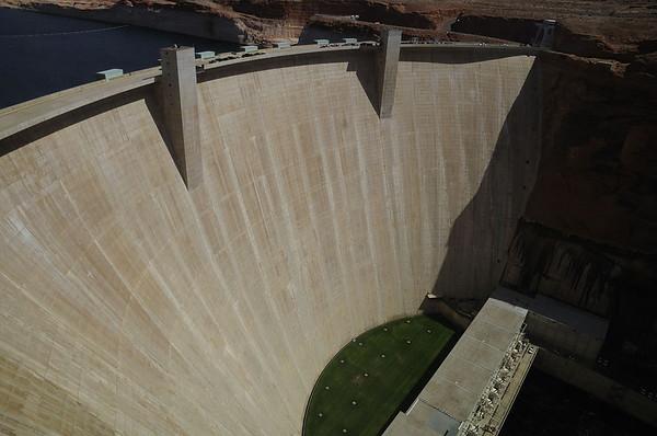 Glen Canyon dam Arizona. Hallucinant: le Grand Canyon a commencé à se former il y a 17 millions d'années selon le magazine Science, une clarification scientifique qui pourrait ne rien changer à notre quotidien. Pourtant, dans l'échelle du temps de cette merveille géologique formée par l'eau et le temps, l'inondation artificielle de cette semaine aura été très importante. L'homme paye les pots cassés du barrage de Glen Canyon construit en 1963 qui provoque 3 problèmes:  *érosion trop rapide  *écosystème (faune et flore) chamboulé en aval à cause de la retenue artificielle  *espèces menacées de poissons endémiques  L'homme doit vraiment peser les impacts écologiques lorsqu'il construit un barrage. Certes, ces bâtiments sont majestueux, mais leurs impacts écologiques mettent des décennies à être réparés
