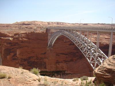le pont sur le Colorado, à Glen Canyon Dam, sortie de Page à l'ouest